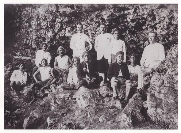 Kassian Cephas (duduk ketiga dari kanan) di Mancingan, Parangtritis, bersama Asisten Residen Tj. Halberstma di sebelah kirinya - 1897.