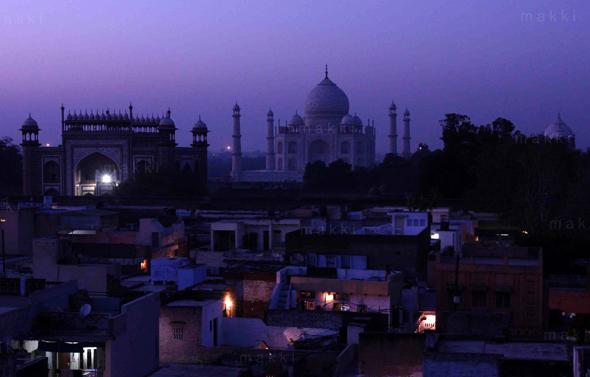 Keindahan Taj Mahal dan pemukiman warga saat menjelang senja dari atas hotel Kamal, Taj Ganj, Agra.