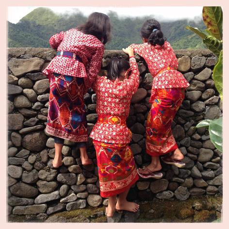 Bocah-bocah perempuan di daerah Semalun yang terletak di kaki Gunung Rinjani, Lombok, Nusa Tenggara Barat, memanjat temobk untuk menonton upacara adat Mengayu Ayu.