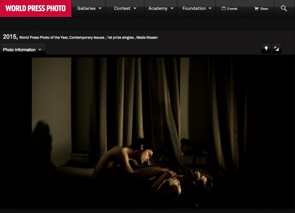 JON AND ALEX, karya Mads Nissen, pemenang World Press Photo of the Year dan pemenang pertama Contemporary Issues,  moment keintiman pasangan homoseksual Jon dan Alex di St. Petersburg, Rusia.