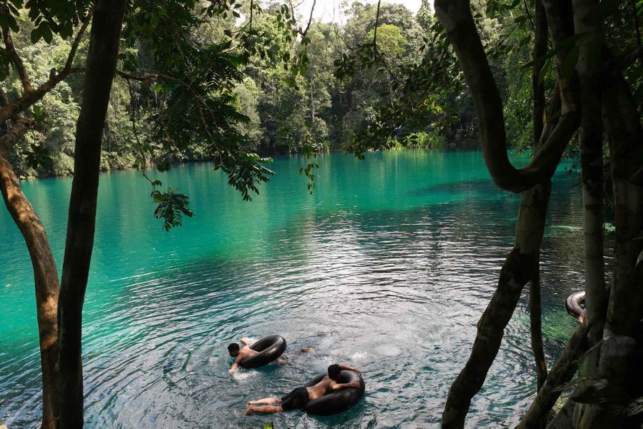 Wisatawan berenang di danau Labuhan Cermin, Biduk-Biduk, Berau