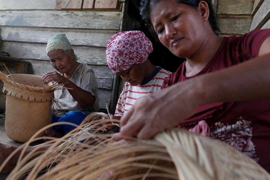 Wanita suku dayak mengayam keranjang di kampung dayak Teluk Sumbang, Biduk Biduk, berau
