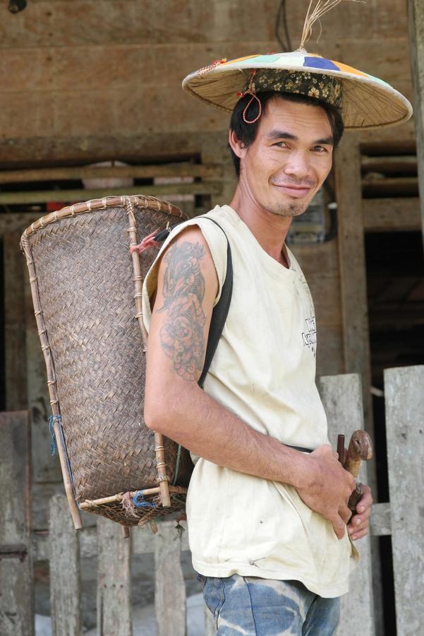 Ujang Stin (29 tahun) bersiap ke ladang di kampung suku dayak kenyah, Merasa, Berau