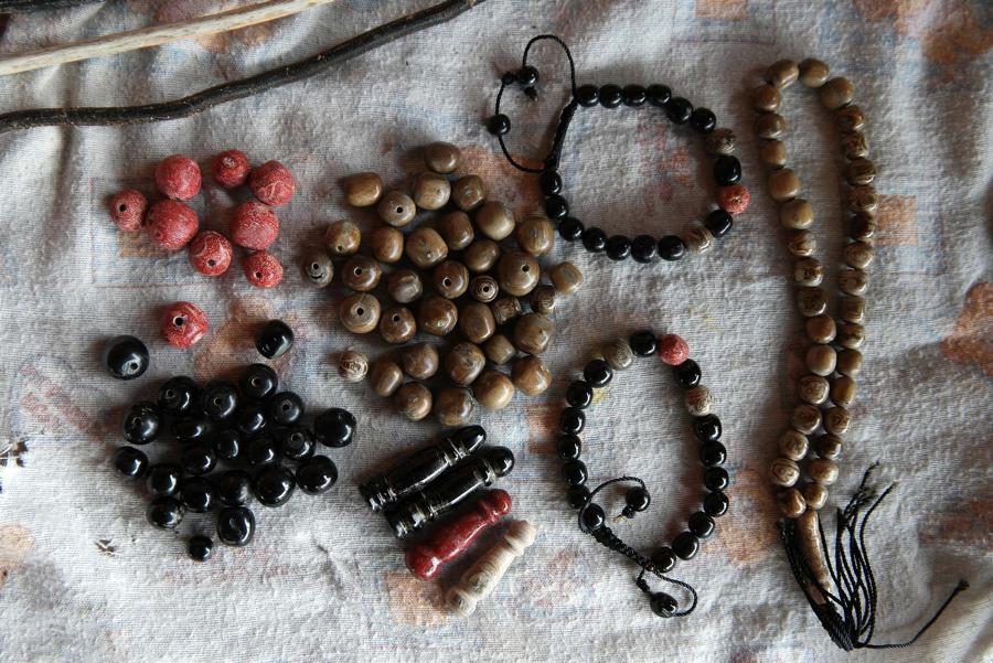 Berbagai macam kerajinan dan suvenir dari akar bahar di Pulau Derawan