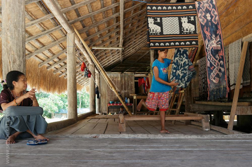 Warga kampung adat Praiyawang, Rindi, Sumba Timur menunjukkan beberapa kain tenun. Tenun ikat asal Sumba merupakan salah satu tenunan yang terkenal.