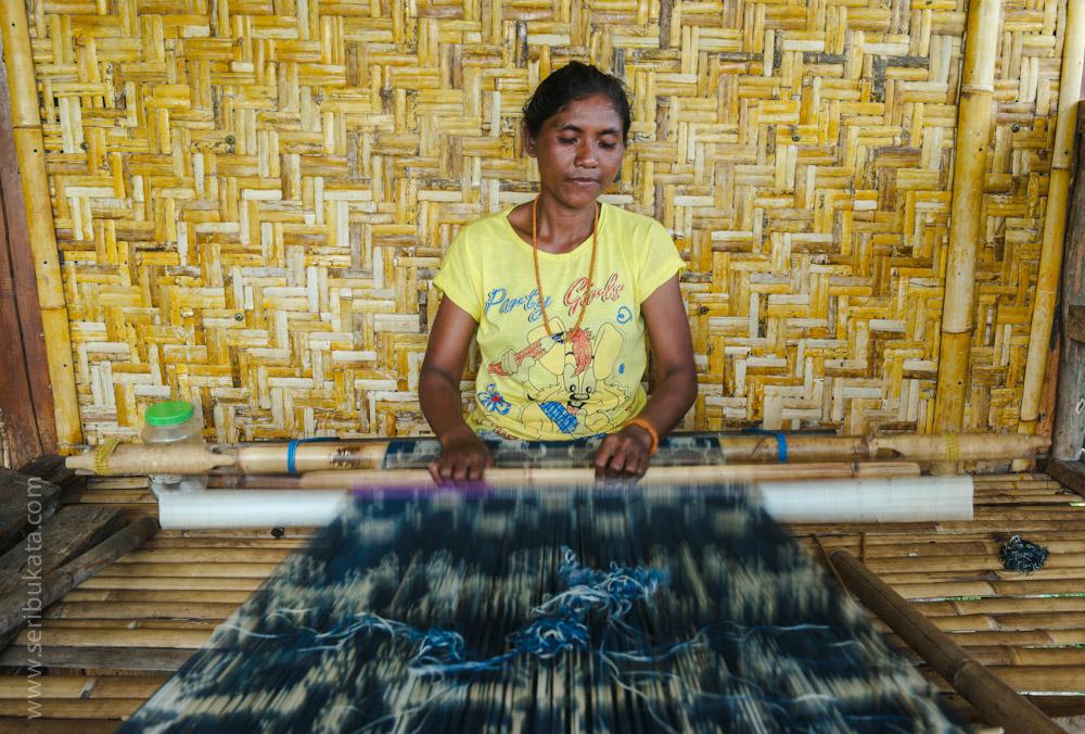 Ibu Yuliana menenun kain ikat Sumba berwarna dasar indigo yang disarikan dari daun tarum (indigofera tinctoria).