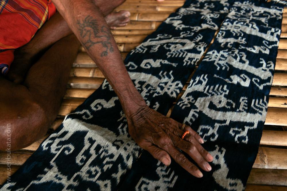 Tatto bermotif mahang atau singa menghiasi tangan seorang lelaki di desa Hama Parengu, Sumba Timur.