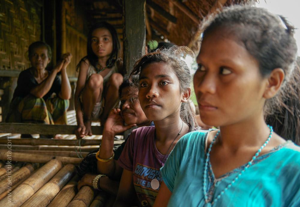 Anak-anak Sumba sedang mendengarkan cerita tentang kain Tenun.