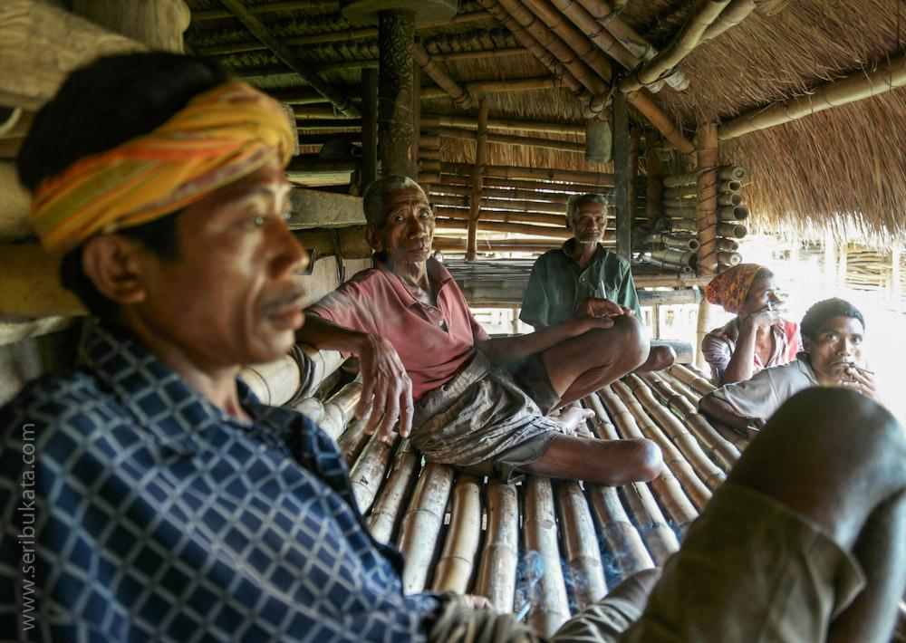 Menikmati keramahan kampung adat Ratenggaro dengan berkumpul dan berbincang.