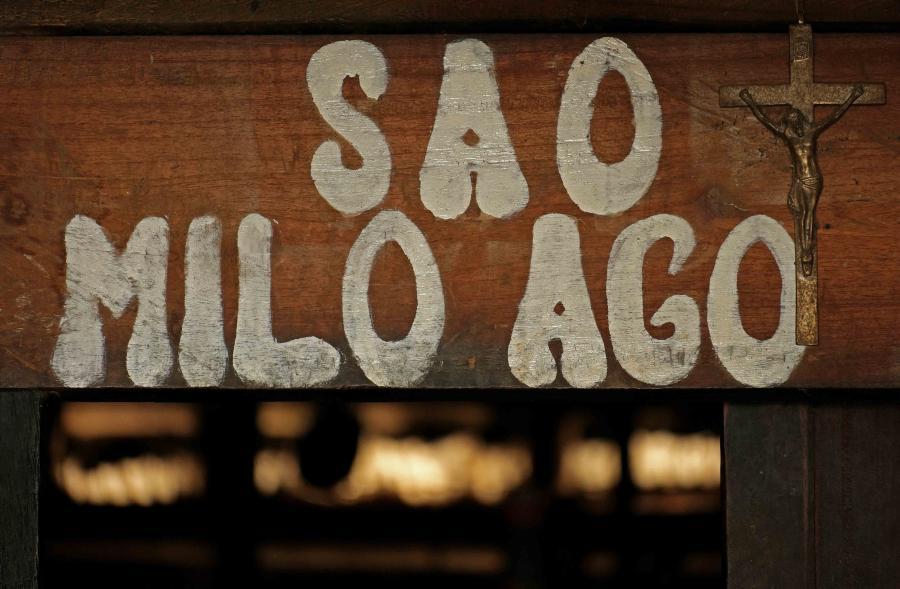 Rumah adat di Bena, Bajawa bernama Sao Milo Ago.  Hampir di setiap rumah adat yang ditemui di Flores, simbol tradisi berdampingan erat dengan simbol religi.