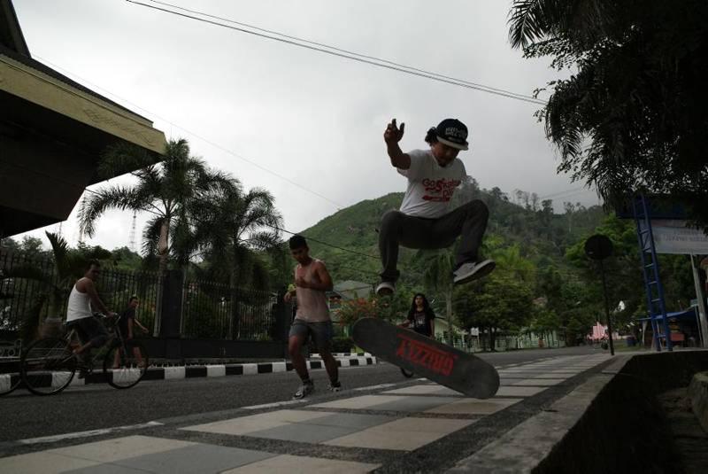 Warga Kota Sibolga mengisi sore hari dengan bermain skateboard