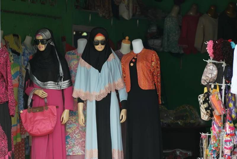 Manekin di sebuah toko pakaian di Barus