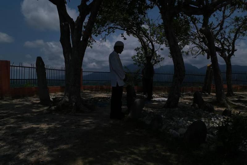 Pengunjung berdoa di makan Syeh Machmud di Barus