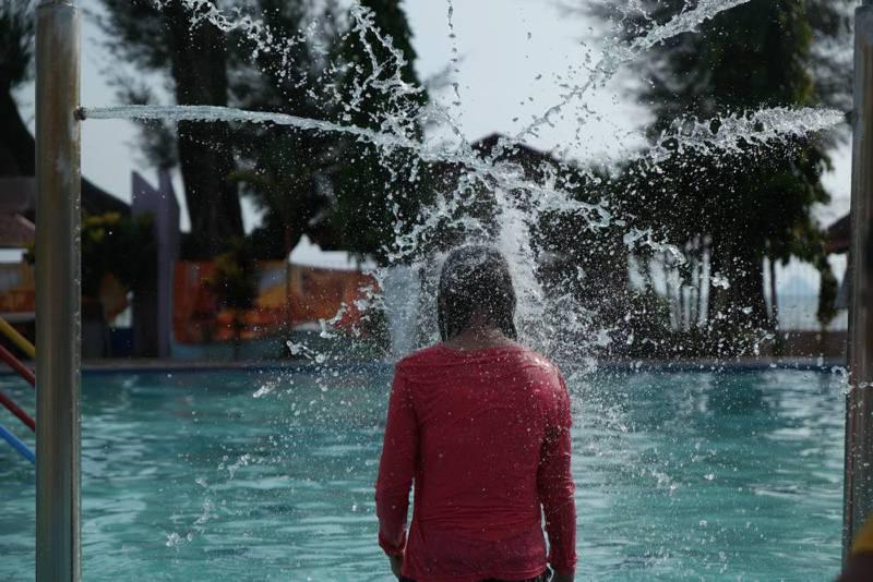 Warga bermain air di sebuah kolam renang di Kota Pandan, Kabupaten Tapanuli Tengah