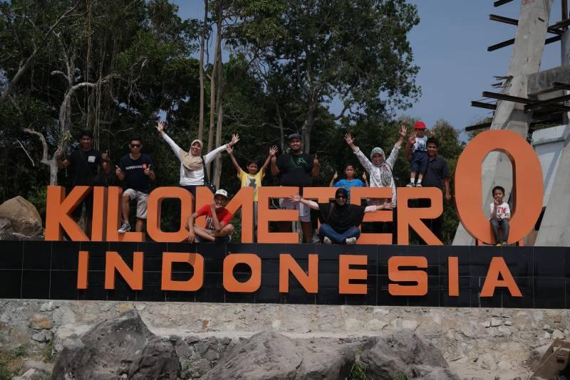 Wisatawan berfoto di kawasan Kilometer 0 Indonesia