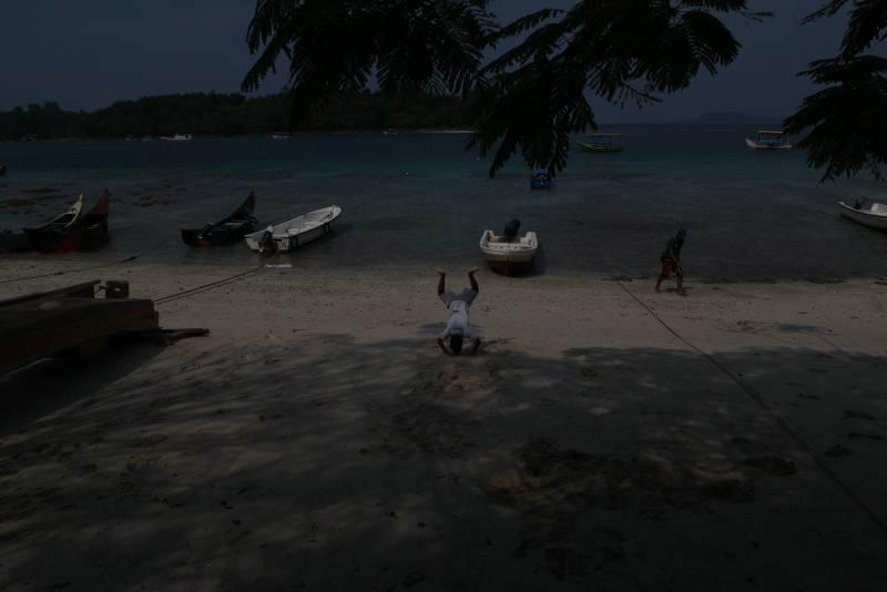 Seorang anak bermain di Pantai Iboih Sabang