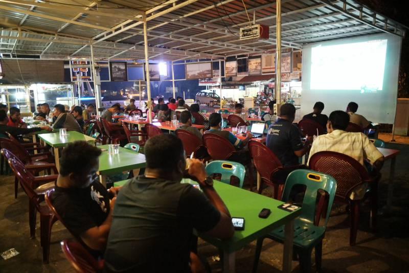 Suasana di sebuah kedai kopi di Kota Sabang