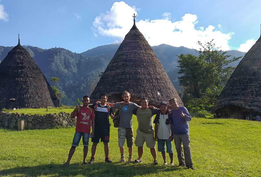 Bersama teman seperjalanan di desa Wae Rebo, Nusa Tenggara Timur.