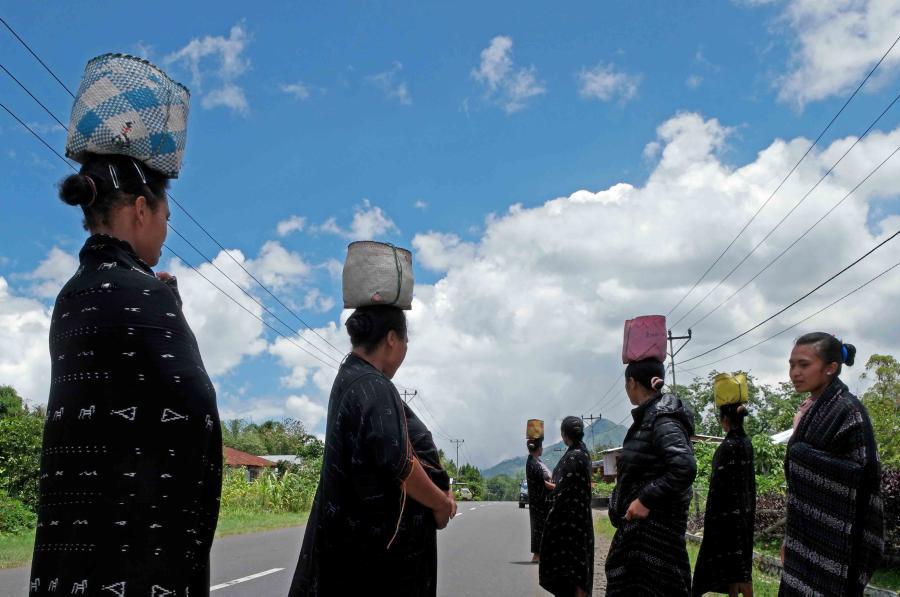 Para wanita di Bajawa mengenakan kain tradisional khas daerah tersebut saat akan melayat ke rumah kerabat yang meninggal dunia.
