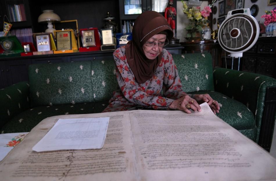 Siti Maryam memperlihatkan naskah kuno peninggalan kerajaan Bima